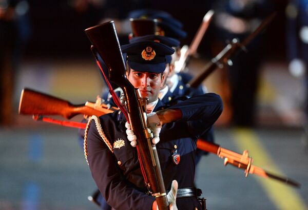 Оркестр Военно-воздушных сил и рота почетного караула Технической академии на церемонии закрытия Международного военно-музыкального фестиваля Спасская башня в Москве