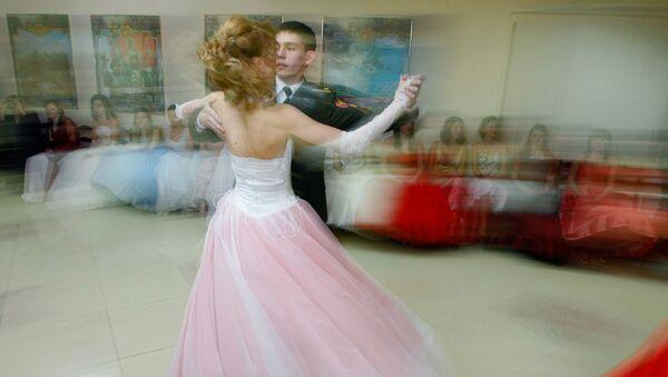 Воспитанницы первого набора Московского военного кадетского корпуса Пансион воспитанниц Министерства обороны РФ во время бала