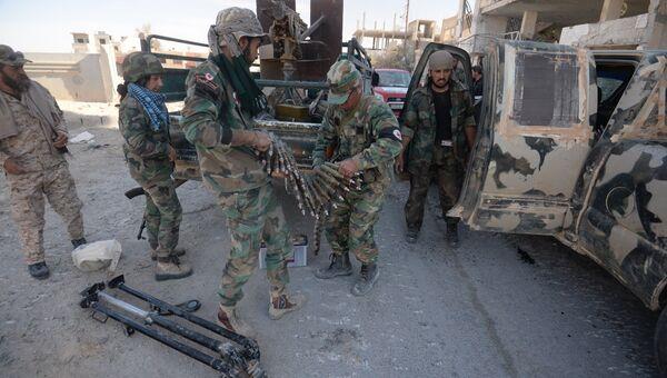 Бойцы сирийской армии в освобожденном от боевиков при поддержке отрядов ополчения городе Эль-Карьятейн