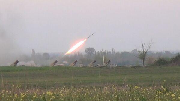 Ракетные установки Азербайджана ударили по Нагорному Карабаху. Кадры обстрела