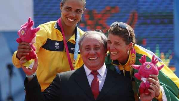 Президент Международной федерации волейбола (FIVB) Ари Граса во время церемонии награждения женщин-волейболисток на Панамериканских играх в Пуэрто-Вальярта, Мексика