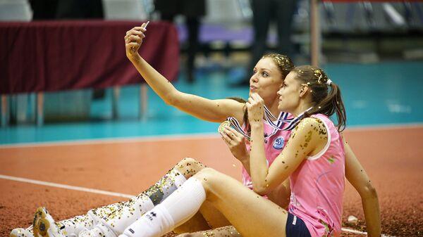 Игроки ВК Динамо Анастасия Самойленко и Екатерина Ефимова фотографируются после победы над ВК Галатасарай в финальном матче Кубка ЕКВ среди женщин