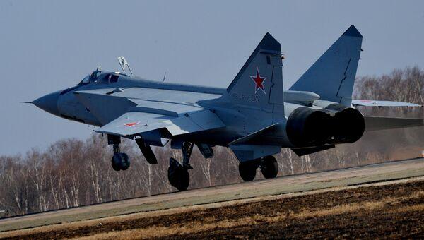 МиГ-31 БМ, во время посадки на военном аэродроме. Архивное фото