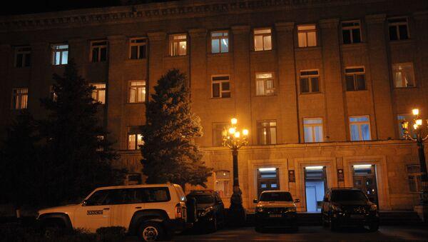 Машины ОБСЕ у здания администрации президента Нагорного Карабаха в Степанакерте