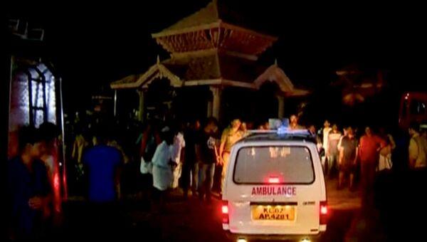Машина скорой помощи у храма в Индии, где произошел пожар, 10 апреля 2016