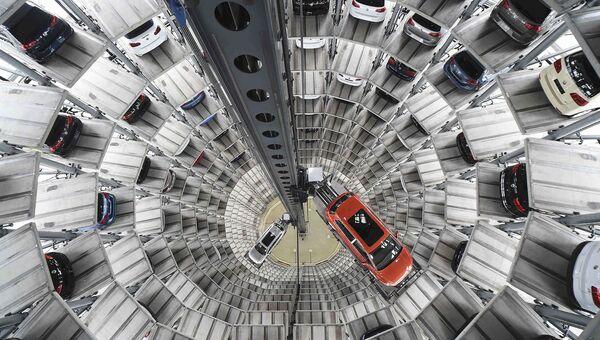 Башня доставки автомобилей на заводе немецкого автопроизводителя Volkswagen в Вольфсбурге, Германия. Апрель 2016