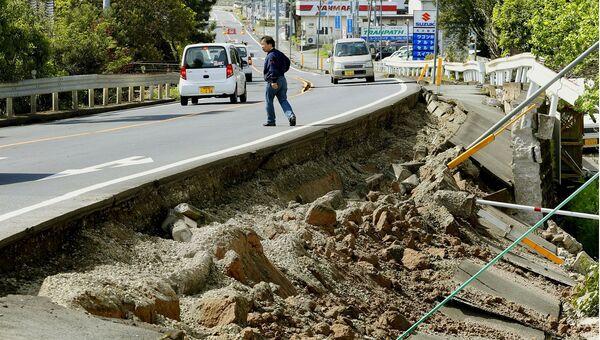 Разрушенная автодорога в результате землетрясения в Японии. Кумамото, Япония. Апрель 2016