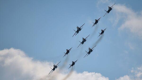 Пилотажные группы Русские витязи и Стрижи на военном аэродроме Кубинка в Московской области. Архивное фото