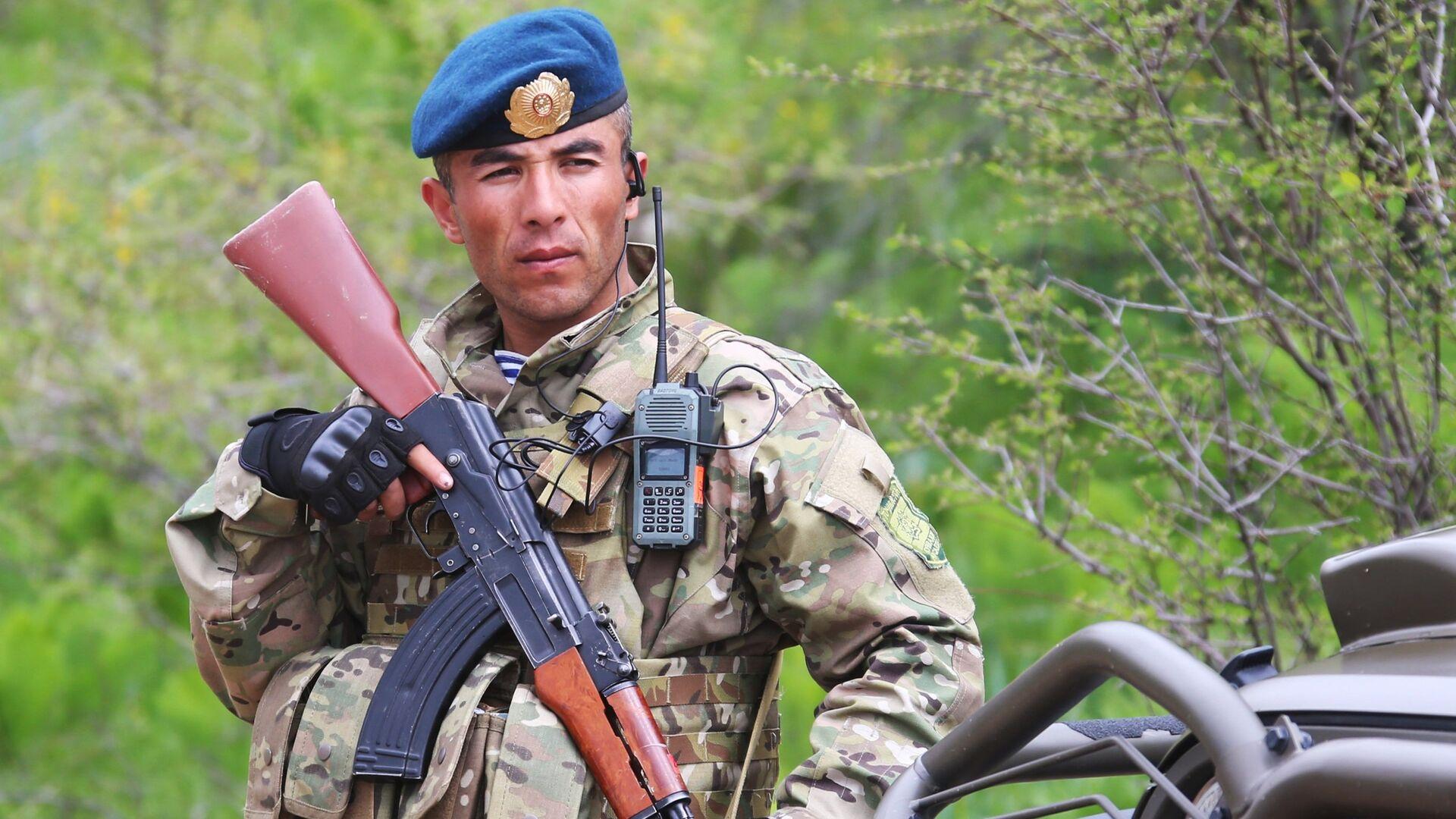 Военнослужащий армии Таджикистана во время совместных учений подразделений военной разведки государств-членов ОДКБ Поиск 2016 в Таджикистане - РИА Новости, 1920, 29.04.2021