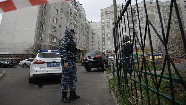 Сотрудники правоохранительных органов у жилого дома на юге Москвы, где были обнаружено оружие и боеприпасы