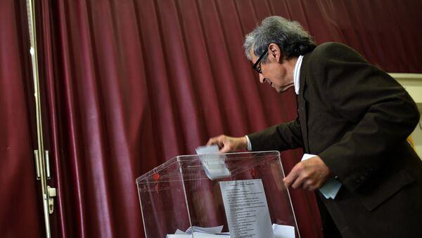 Мужчина голосует на парламентских выборах в Сербии, 24 апреля 2016
