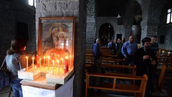 Верующие в одной из церквей в Хомсе