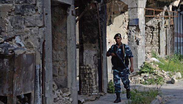 Полицейский дежурит на одной из улиц Хомса