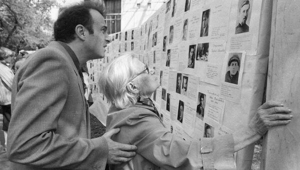 У стенда памяти незаконно репрессированных в СССР. Архив