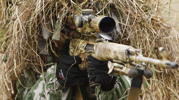 Снайпер на позиции во время учений спецназа. Архивное фото