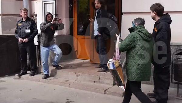 В интернете появилось видео с Улицкой, облитой зеленкой