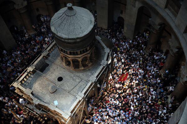 Церемония схождения Благодатного Огня в церкви Гроба Господня в Иерусалиме. 30 апреля 2016