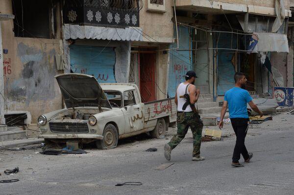 Мужчины идут по одной из улиц Пальмиры