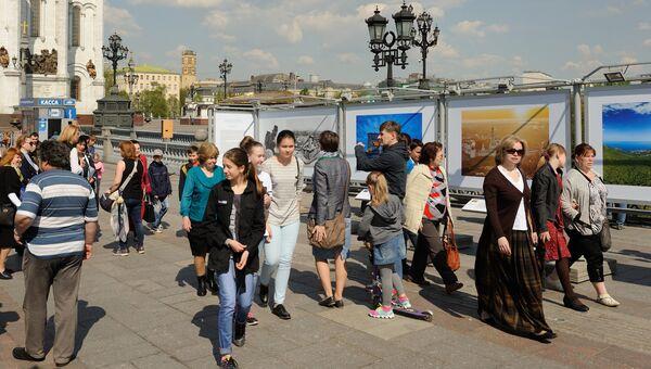 Открытие фотовыставки Православные храмы России: Взгляд сквозь время у Храма Христа Спасителя в Москве