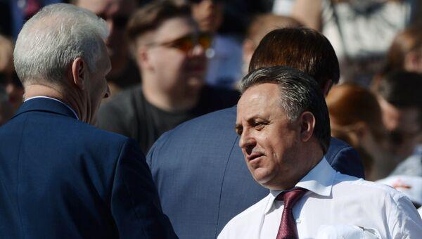 Помощник президента РФ Андрей Фурсенко (слева) и министр спорта РФ, президент Российского футбольного союза Виталий Мутко перед началом военного парада