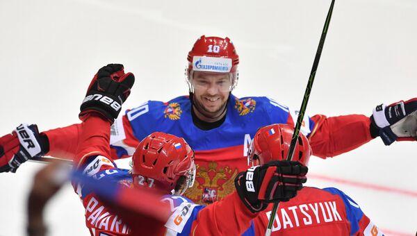 Игрок сборной России Сергей Мозякин (в центре). Архивное фото