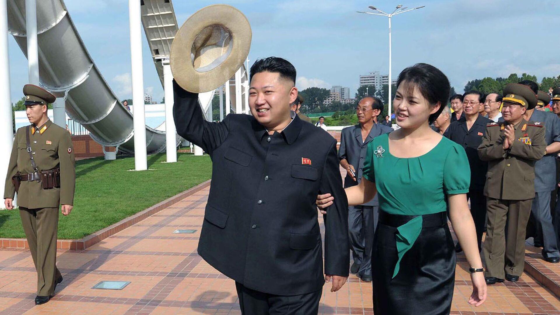Северокорейский лидер Ким Чен Ын с женой Ли Соль Чжу - РИА Новости, 1920, 23.10.2020