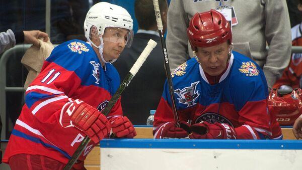 Президент России Владимир Путин (слева) и председатель правления Ночной хоккейной лиги (НХЛ) Вячеслав Фетисов в гала-матче турнира Ночной хоккейной лиги между командами Звёзды НХЛ и Сборная НХЛ в ледовом дворце Большой в Сочи