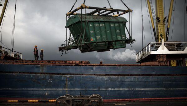 Выгрузка вагона с зерном в Новороссийском морском торговом порту. Архивное фото