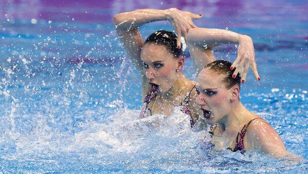 Наталья Ищенко и Светлана Ромашина выступают с произвольной программой в финале соревнований по синхронному плаванию среди дуэтов на чемпионате Европы