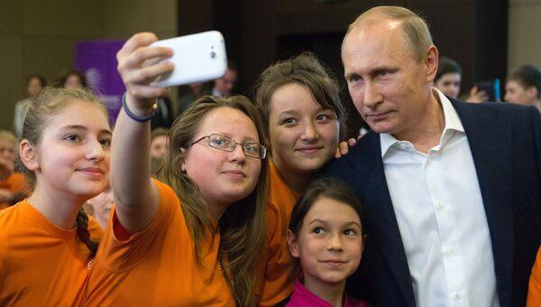 Президент РФ Владимир Путин фотографируется с учениками образовательного центра Сириус в Сочи. Архивное фото