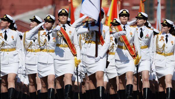 Cводный парадный расчет женщин-военнослужащих Военного университета министерства обороны РФ во время военного парада на Красной площади. Архивное фото