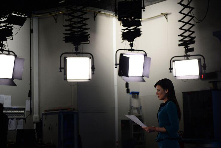 Телеведущая Елена Мещерякова в павильоне первой студии программы Вести в здании Всероссийской государственной телевизионной и радиовещательной компании (ВГТРК)
