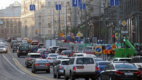 Автомобили на Тверской улице в Москве. Архивное фото