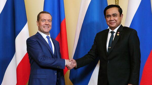 Председатель правительства России Дмитрий Медведев (слева) и премьер-министр Таиланда Прают Чан-оча. Архивное фото