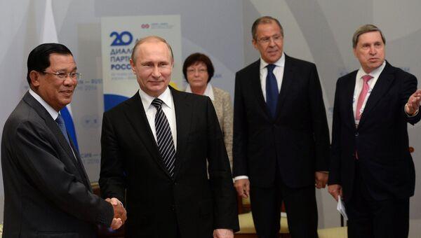 Президент Российской Федерации Владимир Путин и премьер-министр Королевства Камбоджа Хун Сен во время двусторонней встречи в конгресс-центре гостиницы Рэдиссон Блю Курорт в Сочи