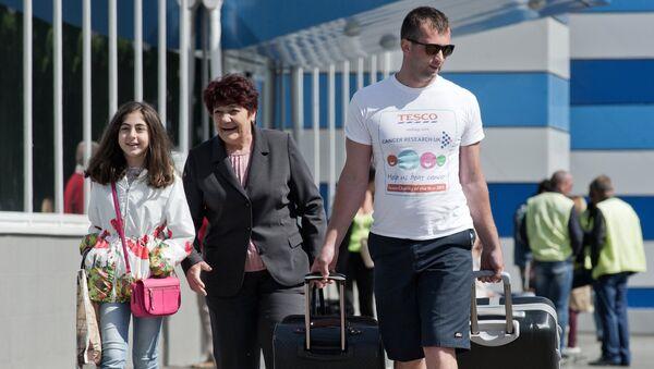Туристы, прибывшие на отдых в Крым, в международном аэропорту Симферополь. Архивное фото