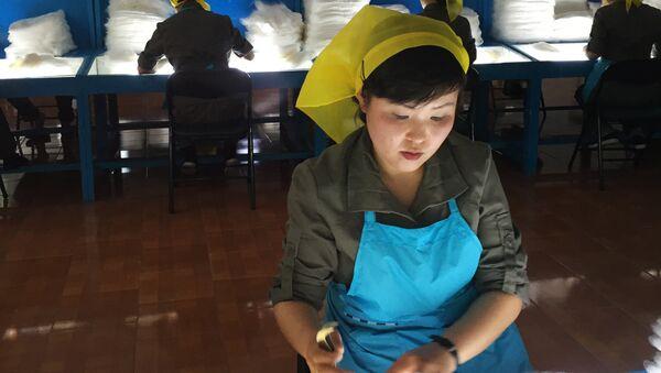 Работница прядильной фабрики в Пхеньяне. Архивное фото