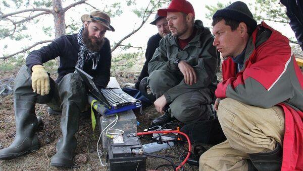 Геофизики за работой на острове Большой Тютерс
