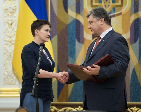 Президент Украины П. Порошенко вручил Н. Савченко орден Золотая Звезда