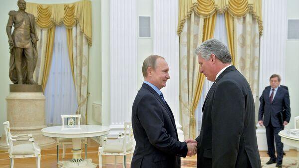 Президент России Владимир Путин и первый заместитель председателя Госсовета и Совмина Кубы Мигель Диас-Канель Бермудес во время встречи в Кремле
