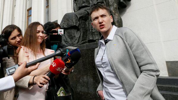 Надежда Савченко беседует с журналистами возле здания Верховной рады в Киеве, Украина. 31 мая 2016