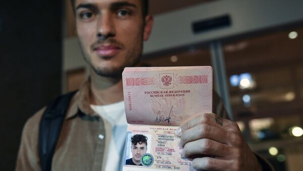 Футболист сборной России Роман Нойштедтер, получивший паспорт РФ
