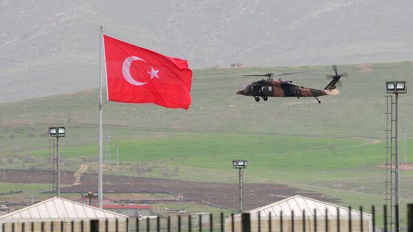 Вертолет ВВС Турции неподалеку от турецко-иракской границы. Архивное фото