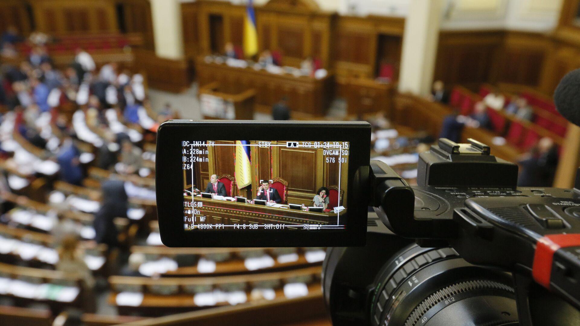 Журналист с камерой в Верховной раде Украины  - РИА Новости, 1920, 04.01.2020