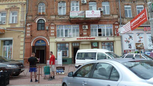 Местные жители на улице в Кировограде, Украина. Архивное фото
