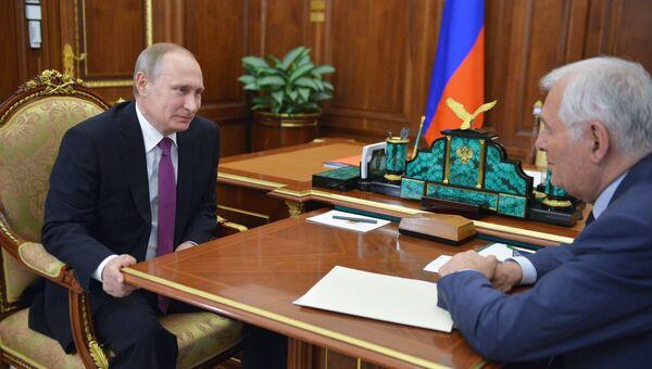 Президент России Владимир Путин и директор НИИ неотложной детской хирургии и травматологии Леонид Рошаль во время встречи в Кремле. 2 июня 2016