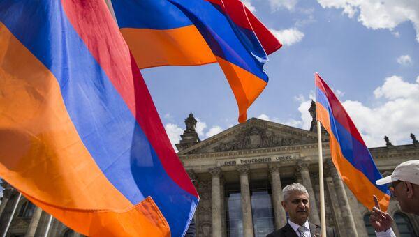 Демонстранты с флагами Армении у здания Бундестага в Берлине Германия. 2 июня 2016