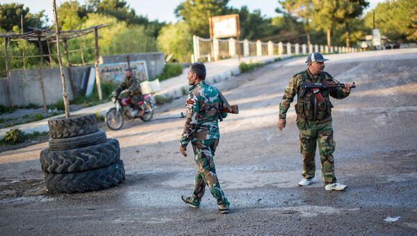 Сирийские военные на блокпосту недалеко от захваченного исламистами города Кесаб на границе с Турцией в провинции Латакия. Архивное фото