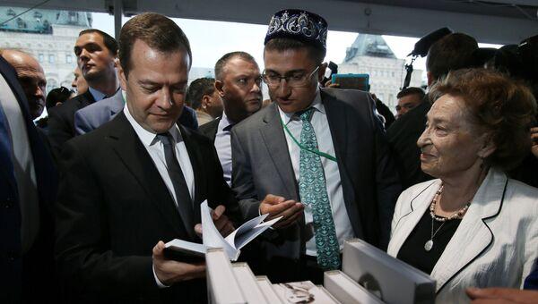 Премьер-министр РФ Дмитрий Медведев во время посещения книжного фестиваля Красная площадь в Москве