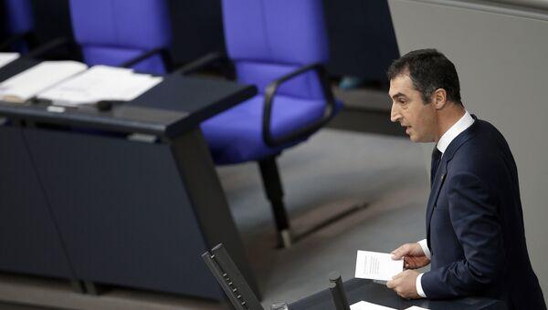 Депутат немецкого парламента Джем Оздемир выступает в бундестаге перед голосованием о признании геноцида армян. 2 июня 2016